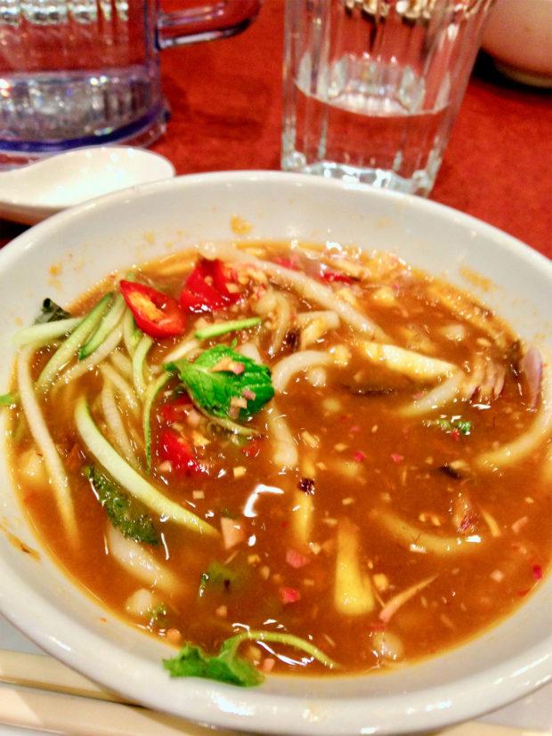 鯖のソースをベースとしたペナン流ラクサ。シンガポール流ラクサはココナツミルクベースでもう少し色が薄い