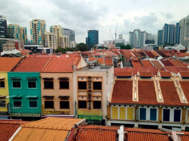 リトルインディアより中心部を臨む。オレンジ色の瓦屋根と高層建築の景色
