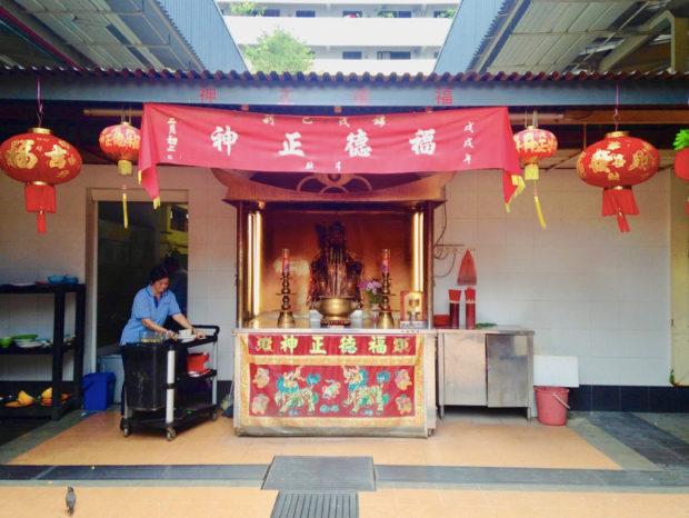 シンガポール、ギンモー市場のホーカーセンターの廟。福徳は子孫とカネと切っても切り離せない