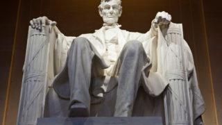 ワシントンのリンカーン記念堂座像(The Haffingpost)