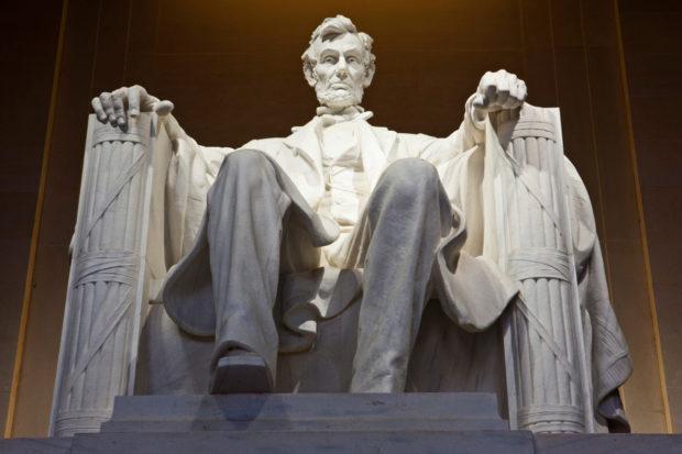 ワシントンのリンカーン記念堂座像(The Haffington Post)