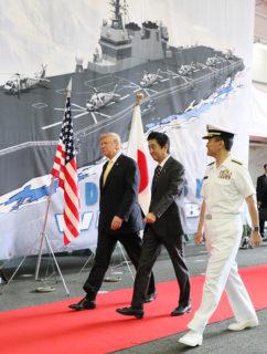 護衛艦「かが」のスピーチ会場に向かう日米首脳(防衛省)