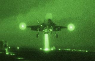 フィリピン海での夜間訓練でワスプに着陸するF-35B。エンジンの噴射ガスを甲板に垂直に当てゆっくり降下する(US NAVY,June 6,2019)