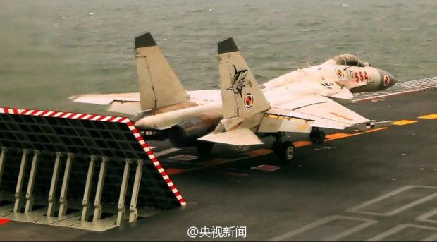 空母「遼寧」上で離陸準備するJ-15戦闘機(央視新聞)