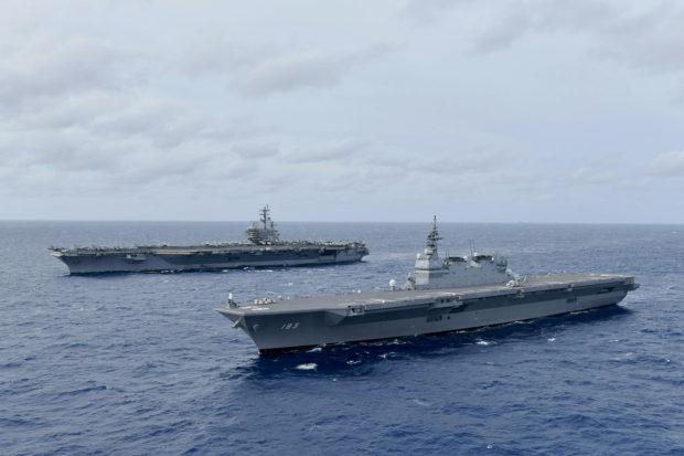 南シナ海で米空母ロナルド・レーガン(奥)と演習する護衛艦いずも(US NAVY,June 11,2019)