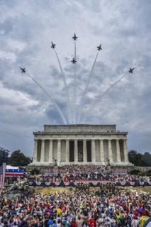 リンカーン記念堂上空を編隊飛行する海軍のブルーエンジェルズ(US Navy photo ,July 4, 2019)