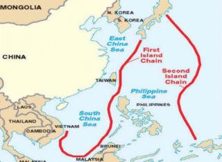 ④第一次列島線(左側赤太線)と第二次列島線(右側赤太線)(The Global Security)