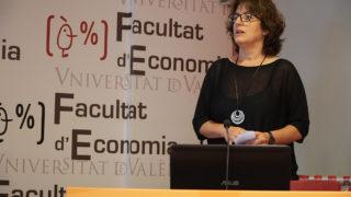 バレンシア大学で講演するアルバ・パス・ボウベタ・ガリシア州政府社会的経済局副局長