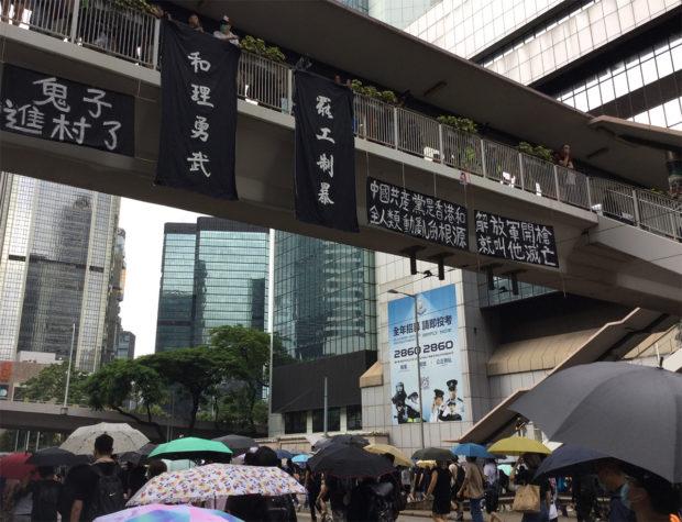 陸橋の横断幕には「中国共産党は香港と全人類の動乱の根源である。もし解放軍が発砲すれば滅亡する」(2019年8月31日、劉燕子撮影)