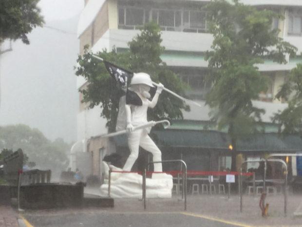 雨の降りしきるキャンパスに立つフル装備の民主の女神(撮影:劉燕子)