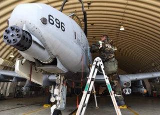 装甲車輌をも破壊するA-10戦闘機(The U.S. Air Forse)