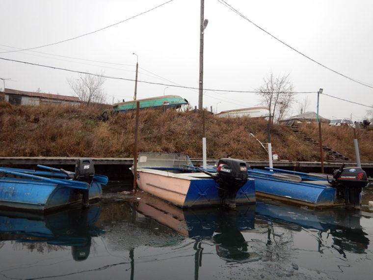 アンガラ川沿いに停泊する漁船