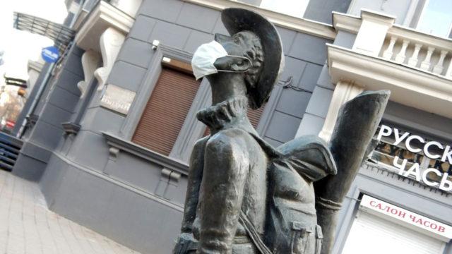 街角の彫刻もマスクを装着