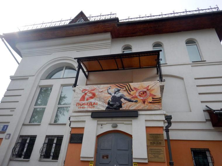 街のあちこちに掲げられた、戦勝記念日を祝うポスター