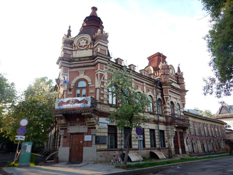 ミハイル・ロンム(1901年―1971年)の生家があった建物。ミハイルが生まれた翌年、革命活動に関わっていた父がこの地を追われたため、一家で現在のブリヤート共和国に移住。そこで5歳までを過ごした後、モスクワへ移住。この建物は、ソ連時代は多世帯がキッチンやトイレを共用するコムナルカというスタイルだった