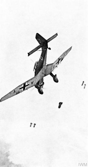 急降下して爆弾を投下するドイツのユンカースJu-87(Imperial War Museum)