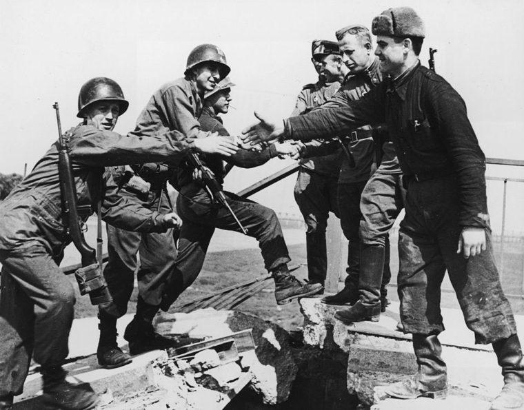 エルベ川の橋上で握手する米兵(左)とソ連兵(Sputnik)
