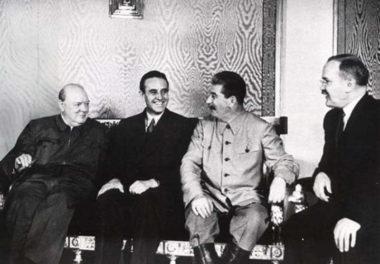 モスクワで歓談する首脳。左端がチャーチル、右から二人目がスターリン(Imperial War Museum)