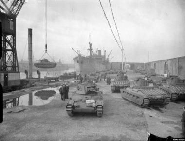 イギリスの港から積み出されるソ連向け戦車(Radio Free Europe / Radio Liverty)