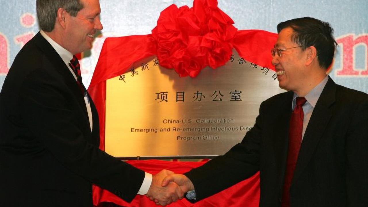 黄潔夫医師(右)。2006年、中国疫病管理センター内の中米協力プログラムの事務所開設記念で。シドニー・モーニング・ヘラルド(2016年2月7日付け)より転載CREDIT:POOL
