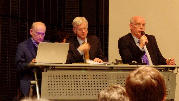 「人狩り」上映会・意見交換会で語るジェイコヴ・ラヴィー医師(右)、デービッド・マタス氏(中)、デービッド・キルガー氏(左)。逗子文化プラザホールにて(2018年1月21日)