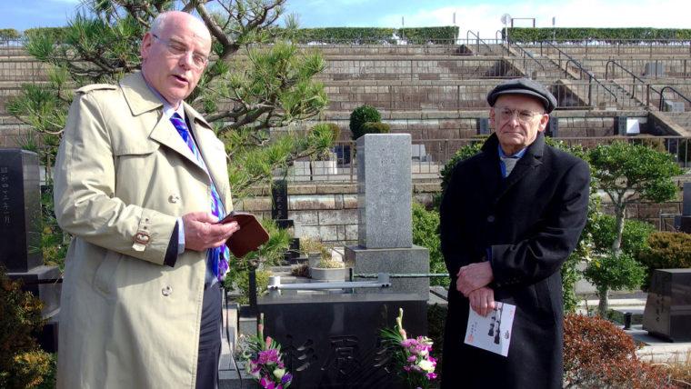 鎌倉霊園の杉原千畝のお墓の前でスピーチするラヴィー医師(左)とマタス弁護士(右)(2018年1月21日)