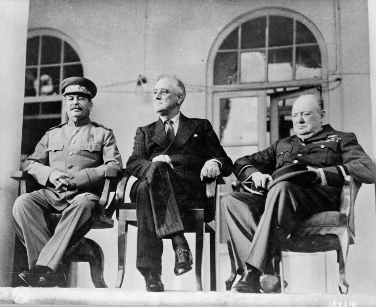 テヘラン会談の3首脳。左からスターリン、ローズヴェルト、チャーチル(US Library of Congress)