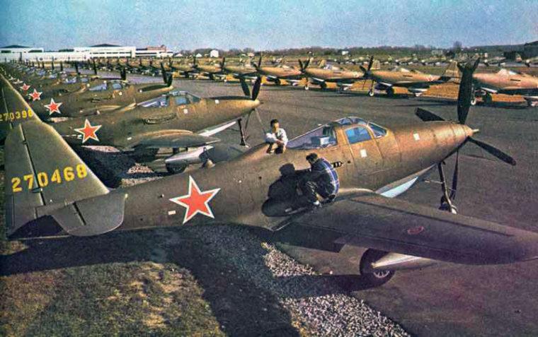 ベル社の工場でソ連への輸送を待つ2000機の米戦闘機P-63キングコブラ(The World at War Magazine)