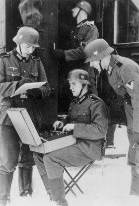 暗号文を作成するドイツ兵(Das Bundesarchiv, Feburuar 1941)