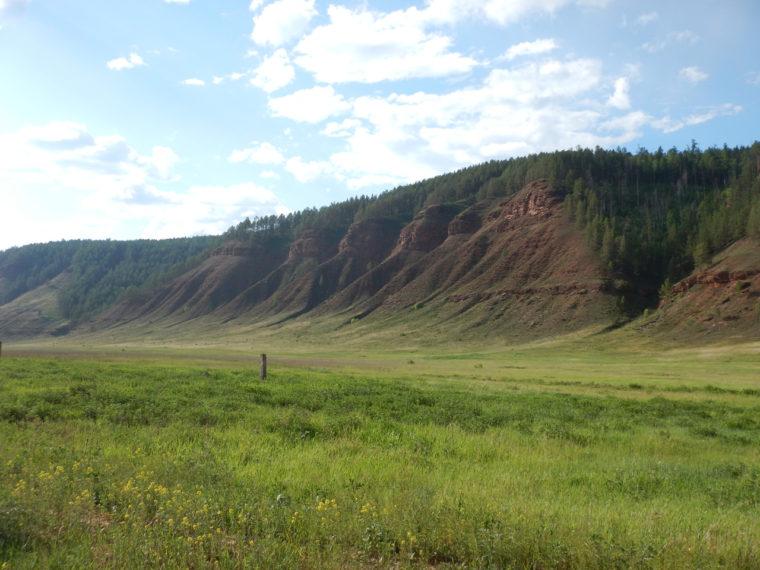 沿道の風景、全般的に赤土が目立つ