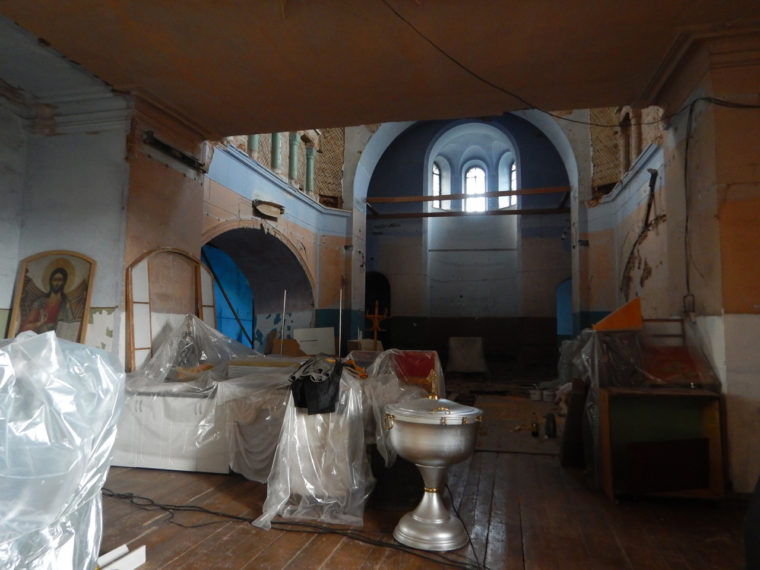 教会の内部、手前の容器は洗礼に使われる洗礼盤