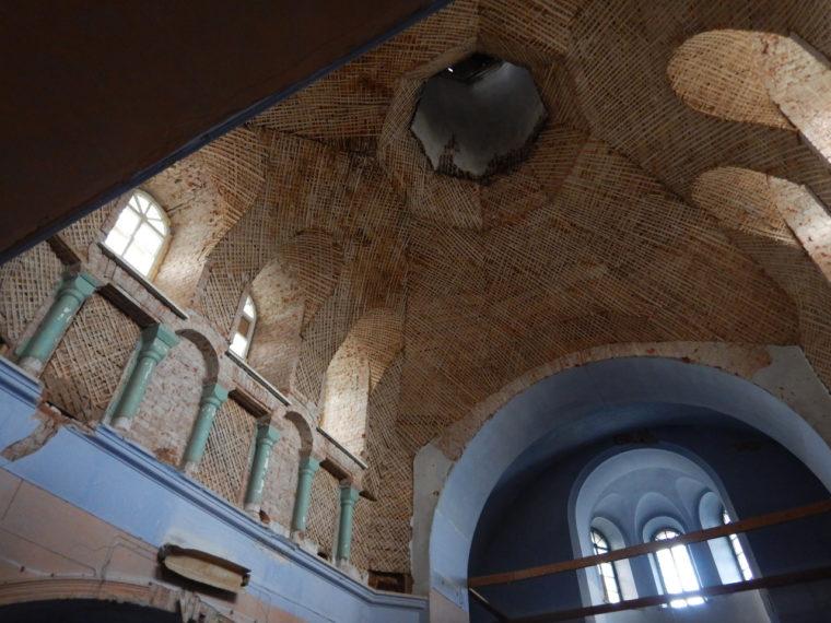 教会の天井、修復を待つ状態