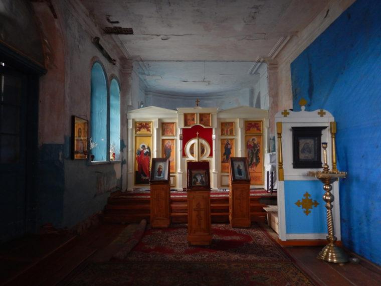 修復された教会内の祈祷用スペース