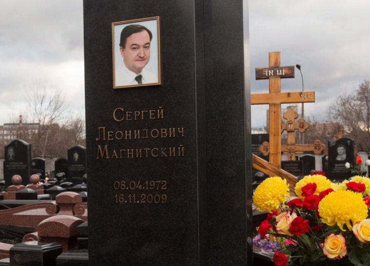 モスクワのプレオブラジェンスキー墓地にあるセルゲイ・マグニツキーの墓(2013年3月11日/撮影:Mikhail Voskresensky/Reuters)