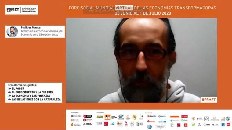 開会イベント中に講演を行うブラジル人哲学者エウクリデス・マンセ
