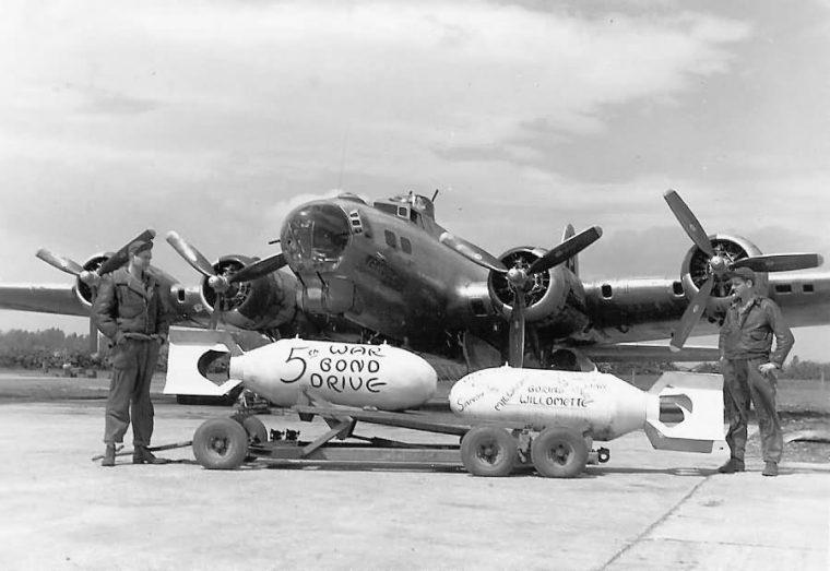 英グラフトン・アンダーウッド飛行場で出撃の準備をする米兵(American Air Museum in Britain)