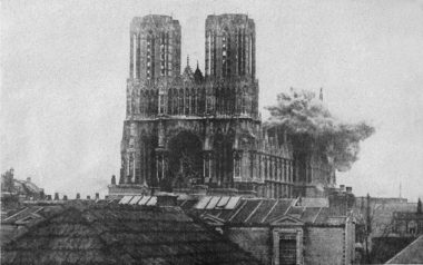 米機の爆撃で被弾したルーアン大聖堂(joanlapucelle.blogspot.com)