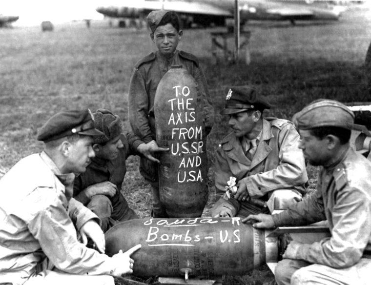 ポルタヴァ飛行場で爆弾搭載準備をする米ソの将校と兵員(US National Archives / Fortepan)
