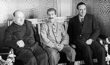 1944年10月のモスクワ会談。左からチャーチル、スターリン、ハリマン(The Daily Express)