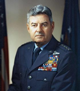 日本への戦略爆撃を指揮したカーティス・ルメイ(U.S. Air Force)