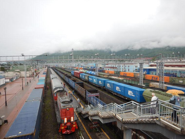 スリュジャンカⅠ駅の高架橋からの風景。同駅は現在もシベリア横断鉄道の主要駅