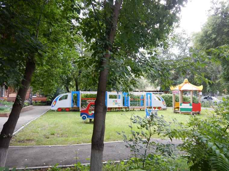元鉄道関係者向けの幼稚園の庭。遊具まで列車
