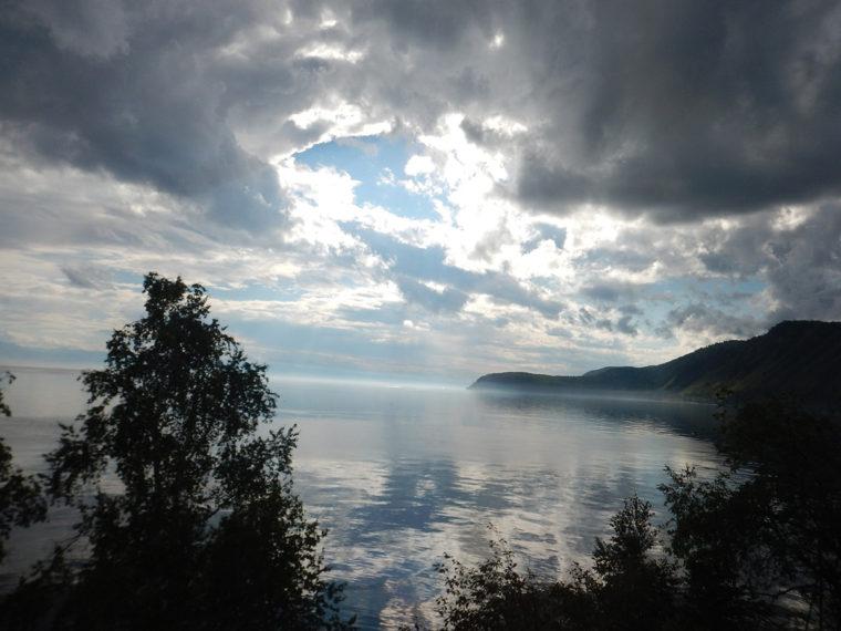列車の車窓から見たバイカル湖