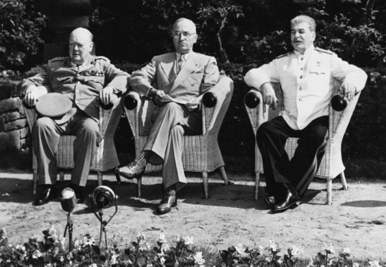 ポツダム会談での3首脳。左からチャーチル、トルーマン、スターリン(1945年7月、Britannica)