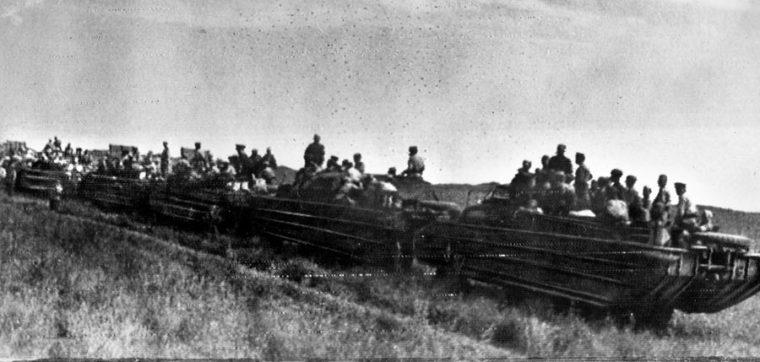 満洲国へ進軍する水陸両用トラックDUKWの車列(The Warfare History Network)