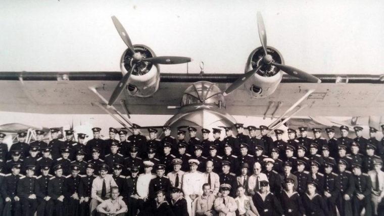 ゼブラ計画で訓練用飛行艇を背に記念撮影した米ソ軍人(1944年 AP News)