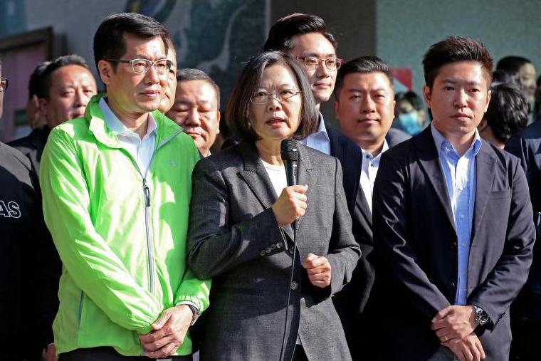 台湾の蔡英文総統(中央)は、北京による香港での取り締まりを受けて、独立の拡大を推し進めた。(Shutterstock)