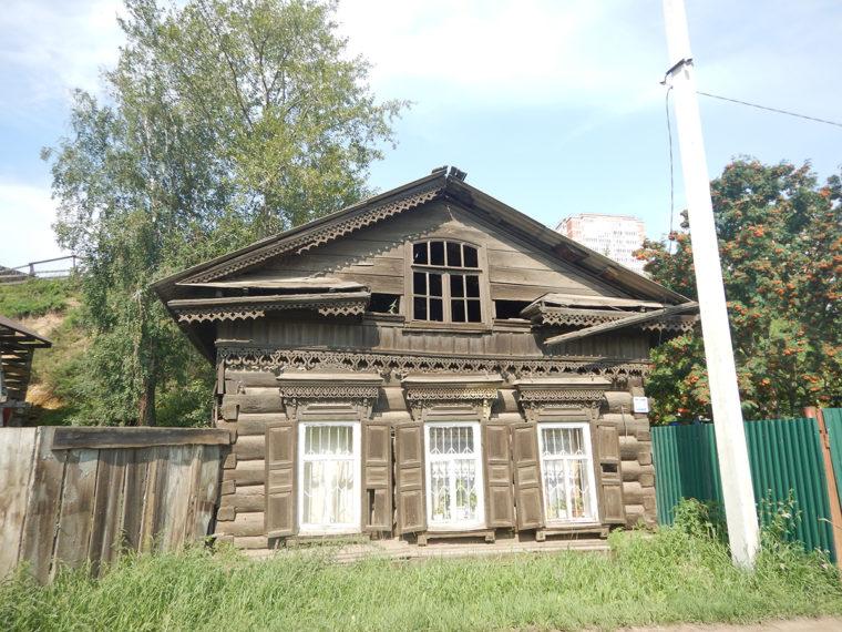 イルクーツクの古い道に沿って残る家