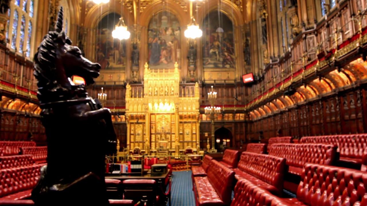 伝統に包まれた英国の貴族院の内装