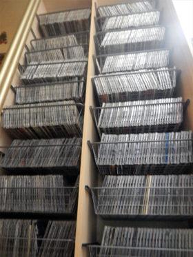 イルクーツクのとある音楽ファンが20年かけて集めたという海賊版CDのコレクションの一部